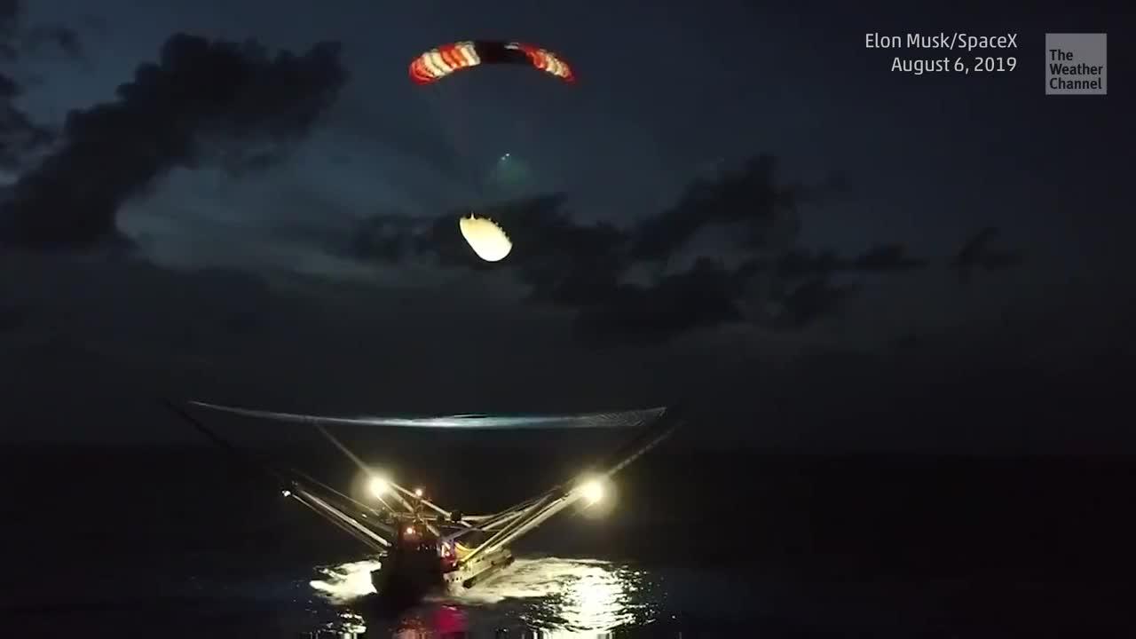 Dem privaten Raumfahrtunternehmen SpaceX ist es geglückt mit dem firmeneigenen Schiff Ms. Tree eine Frachtraumhülle einer Falcon-9-Rakete mitten im Atlantik aufzufangen. Sicher landet die teure Verkleidung auf dem Netz des Schiffes. Gründer des Unternehmens Elon Musk teilte das Video auf seinem Twitteraccount.