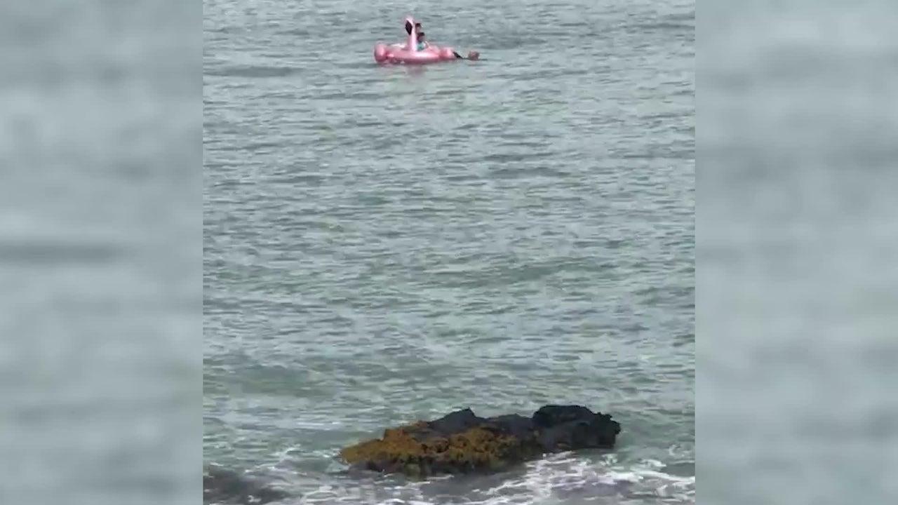 Chicas arrastradas al mar en un flotador