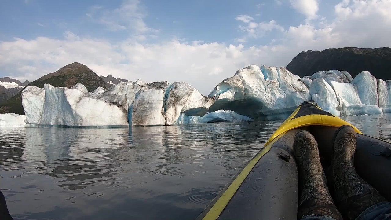 Zwei Männer wollten eine entspannte Kajakfahrt zum Spencer-Gletscher in Alaska machen, als Eismassen ins Wasser stürzten. Daraufhin entstand eine Riesenwelle, vor der die Kajakfahrer schnell flüchten mussten.