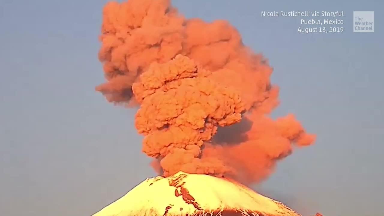 Gleich mehrere Male brach der Popocatépetl Vulkan in Mexiko innerhalb von 24 Stunden aus. Dabei spuckte er riesige Aschewolken in den Himmel.