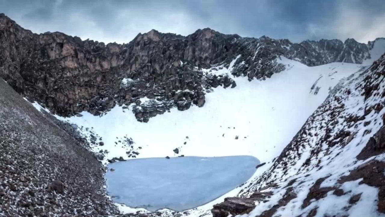 Am Ufer eines Sees im Himalaya liegen hunderte Menschen Skelette. Doch was hat es mit diesen auf sich? Ein Forscher-Team hat das erstmals versucht herauszufinden.