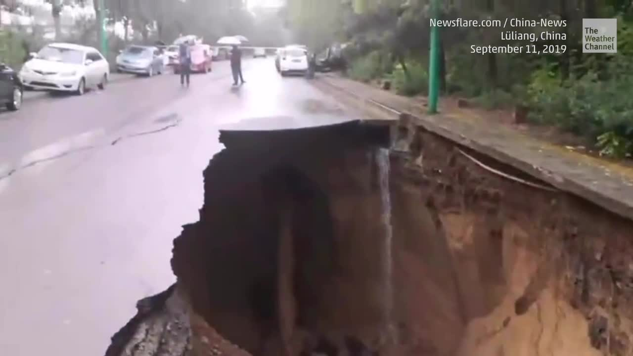 Ein riesiges Senkloch schluckt in der nördlichen Shanxi Provinz in China zwei Autos. Es bildete sich in einer Straße in Lüliang.