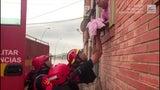 Rescatan a bebé de edificio inundado en España