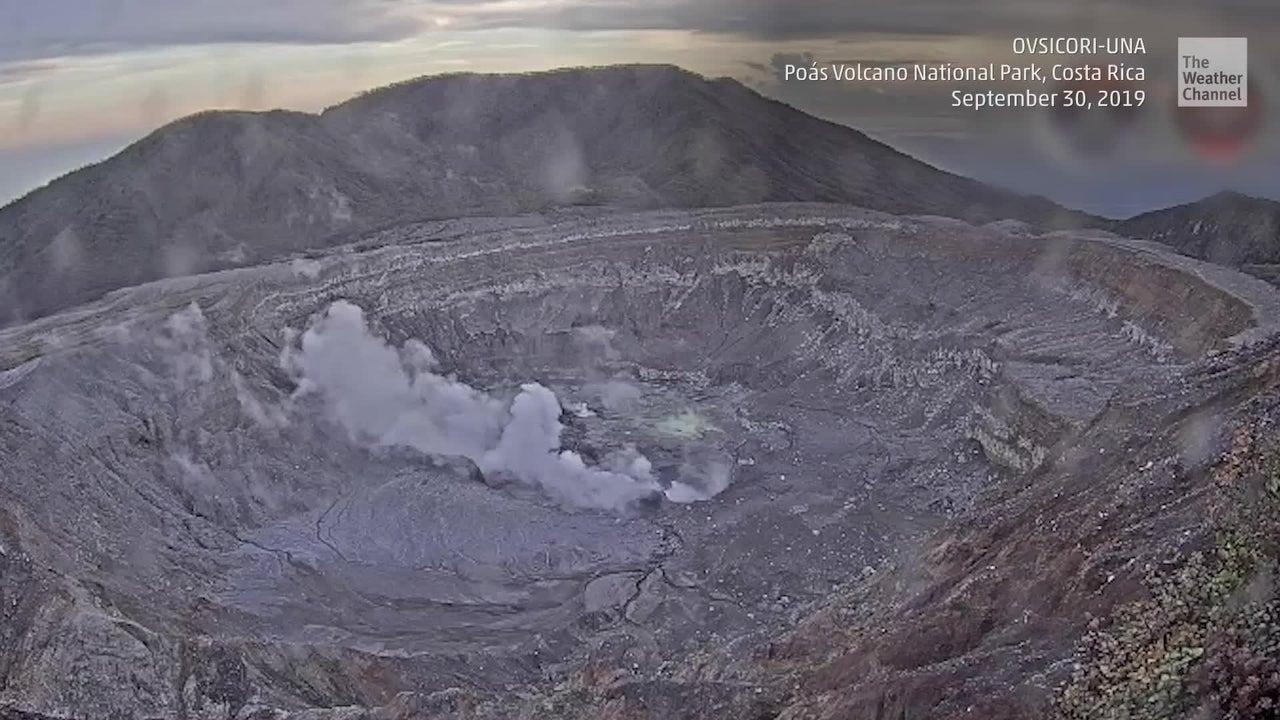 Erupción volcánica obliga cierre de parque