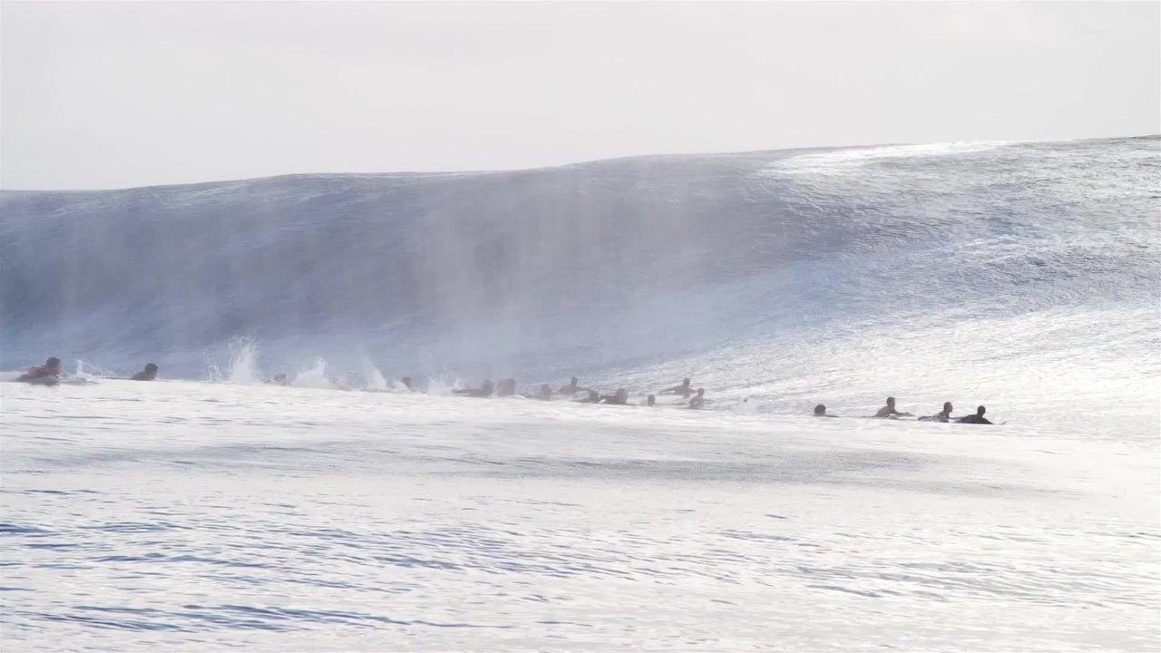 Ola sorprende a surfistas en Tahití