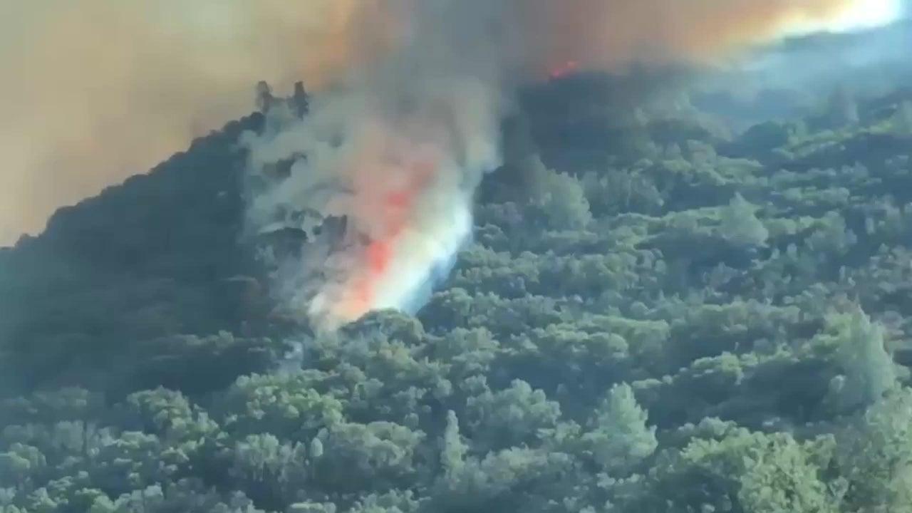 Einer der Haupteingänge zum Yosemite-Nationalpark in Kalifornien musste aufgrund eines Buschfeuers geschlossen werden. Das Feuer begann bereits am Sonntag außerhalb des Parks.