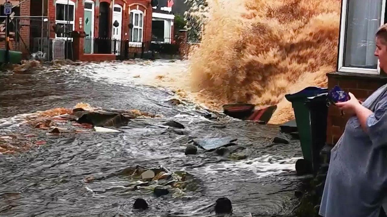 Der Rohrbruch einer Hauptwasserleitung hat schwere Folgen. Wasser schießt in 20 Meter Höhe und überschwemmt die englische Stadt Tipton in den West Midlands.