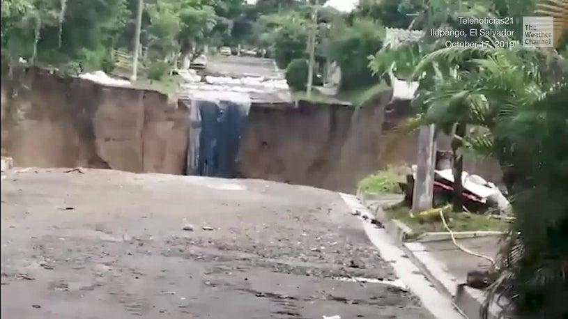 Erde tut sich auf: Riesiges Sinkloch verschluckt Häuser in San Salvador