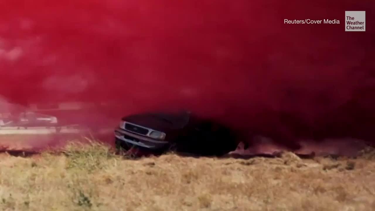 Mira cómo el retardante de fuego destruye un auto