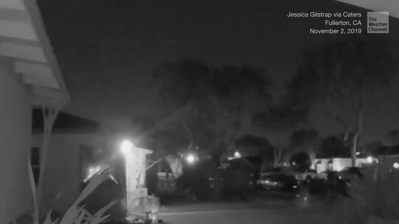 Eine Überwachungskamera in Südkalifornien hat jetzt diesen Meteor eingefangen, der über den Nachthimmel streift.