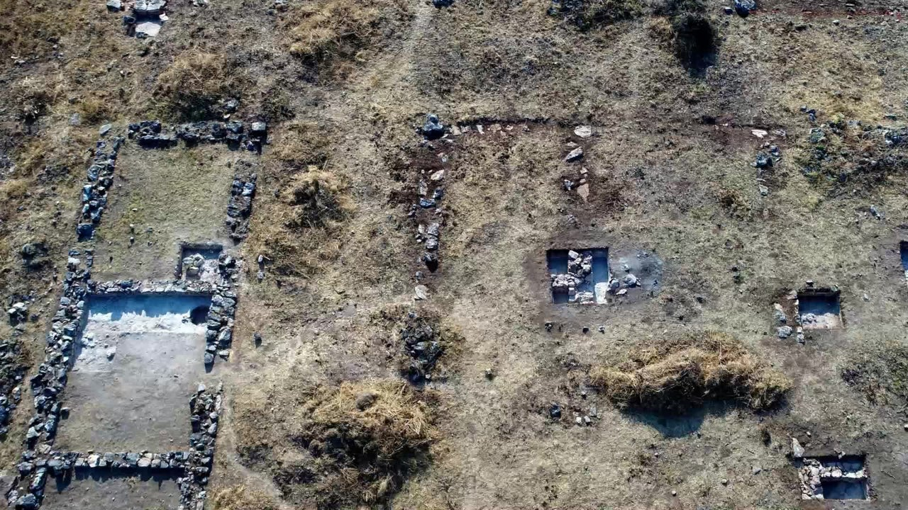 Es ist ein beispielloses Projekt der Griechen: Vor 3300 Jahren legten sie einen See trocken, um Ackerbau betreiben zu können. Jahrzehnte später verließen sie das Gebiet aber wieder. Forscher suchen mithilfe neuer Ausgrabungen nach dem Grund.