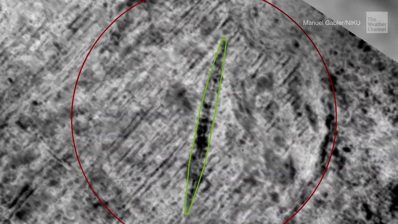 Arqueólogos usando radares que penetran la tierra han detectado un gran barco vikingo enterrado en una isla de Noruega, una de las cuatro bien preservadas embarcaciones encontradas en el país.
