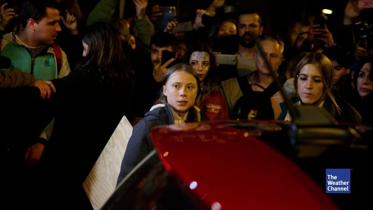 Mit einem großen Marsch für mehr Klimaschutz haben zahlreiche Demonstranten aus aller Welt eine der bekanntesten Straßen Madrids lahmgelegt. Auch Greta Thunberg kam. Sie musste jedoch gehen, weil der Wirbel um sie zu viel wurde.