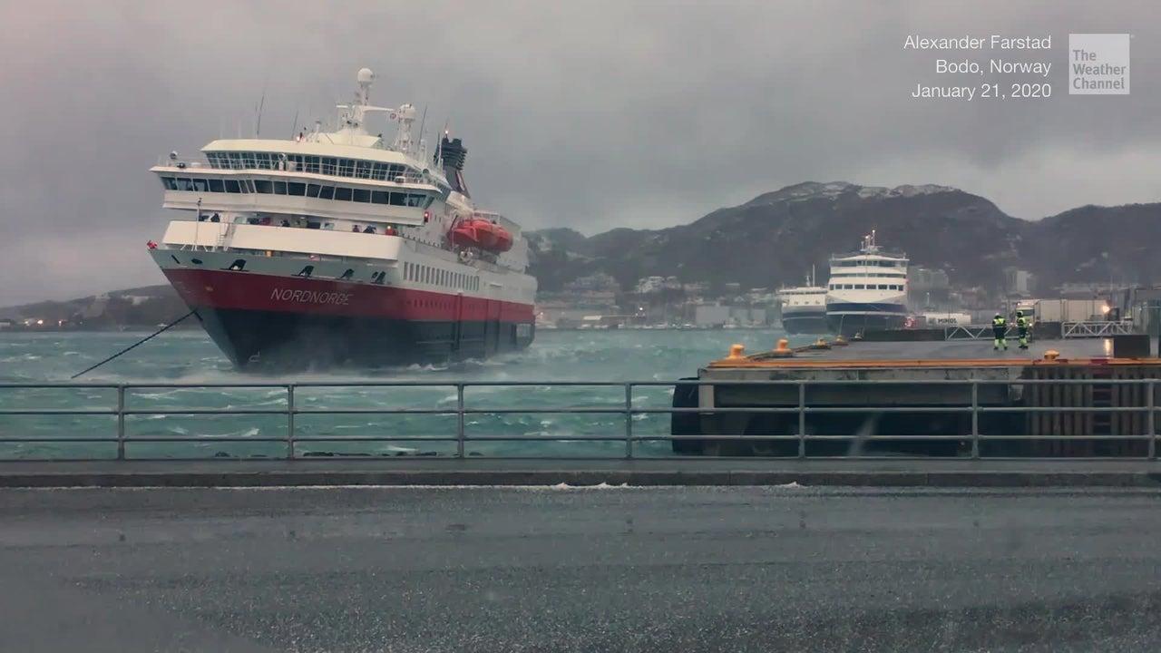 Dieser Kapitän eines Passagierschiffs in Norwegen hatte das Anlegemanöver schon begonnen, als plötzlich schwere Sturmböen einsetzten. Es begann ein erbitterter Kampf gegen die Elemente.