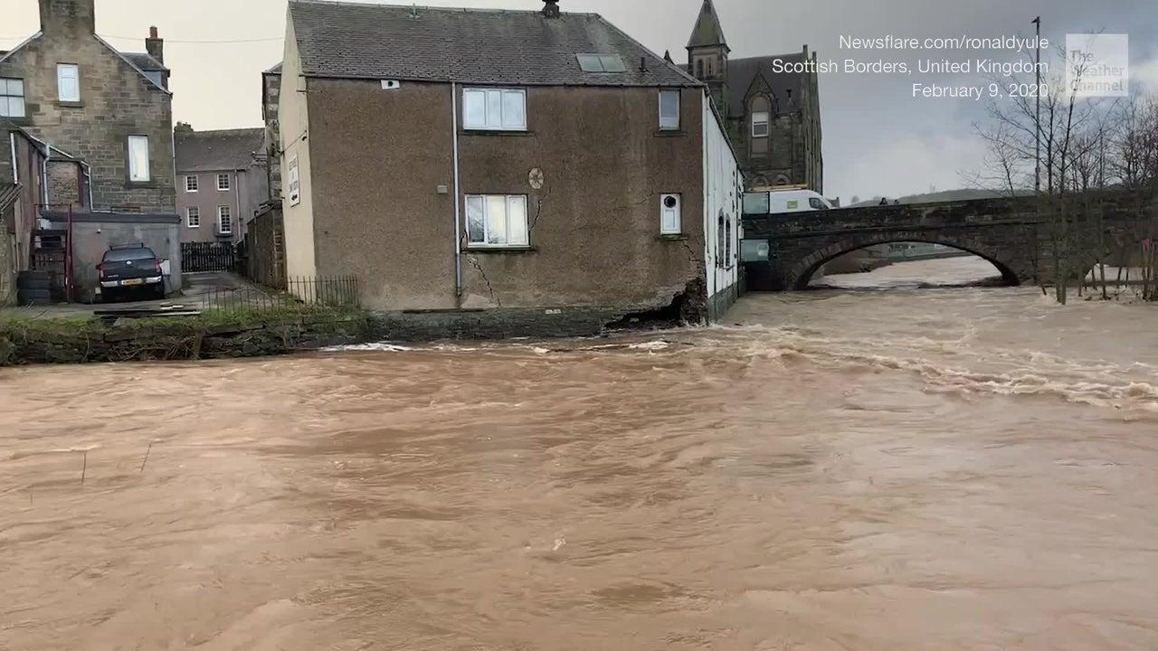 Sturm Sabine hat gnadenlos in halb Europa gewütet: In Schottland ist ein beliebtes Restaurant teilweise weggebrochen und anschließend den Fluten zum Opfer gefallen.