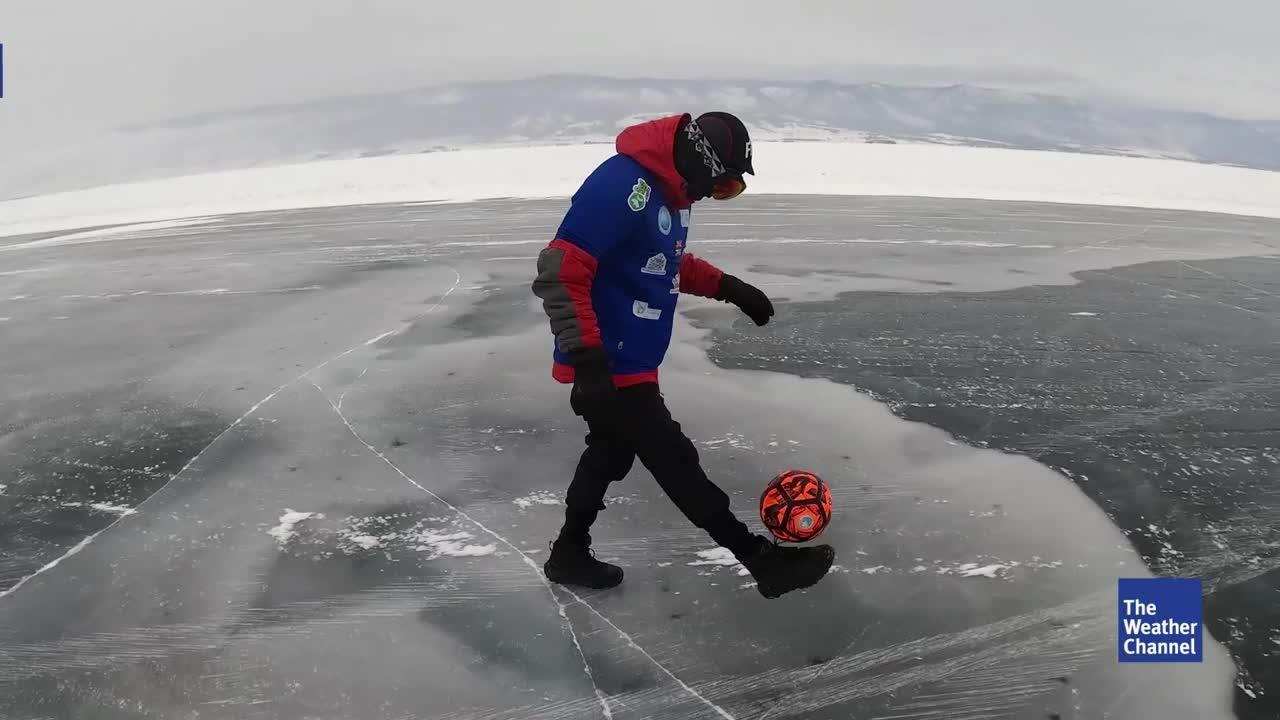 Bei -20 Grad zwei Tage lang über den zugefrorenen Baikalsee in Russland gehen? Das schaffen meist nur Extremsportler. Ein Brite setzt noch eins drauf und jongliert dabei einen Ball.