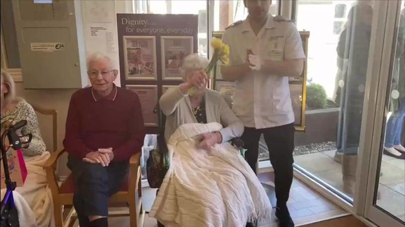 Demenzkranke Seniorinnen singen für Besucher während des Lockdowns