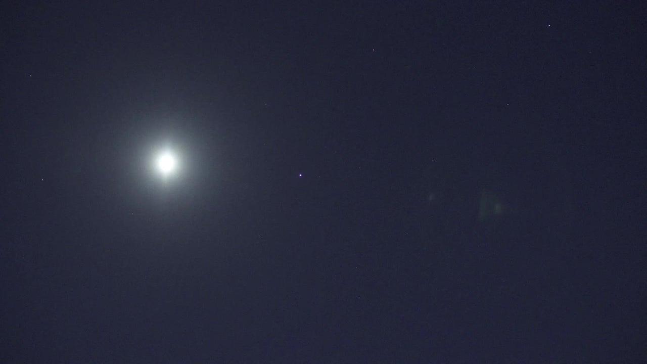 Un camarógrafo suizo capturó el momento en que la Estación Espacial Internacional cruzó frente a la luna.