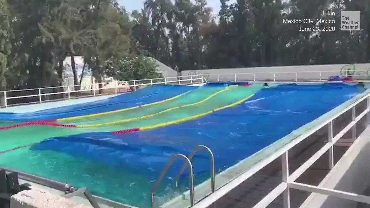 Ein Erdbeben der Stärke 7,5 erschütterte am Dienstag Mexiko. Dadurch verwandelte sich ein ruhiges Schwimmbecken in ein Wellenbad.