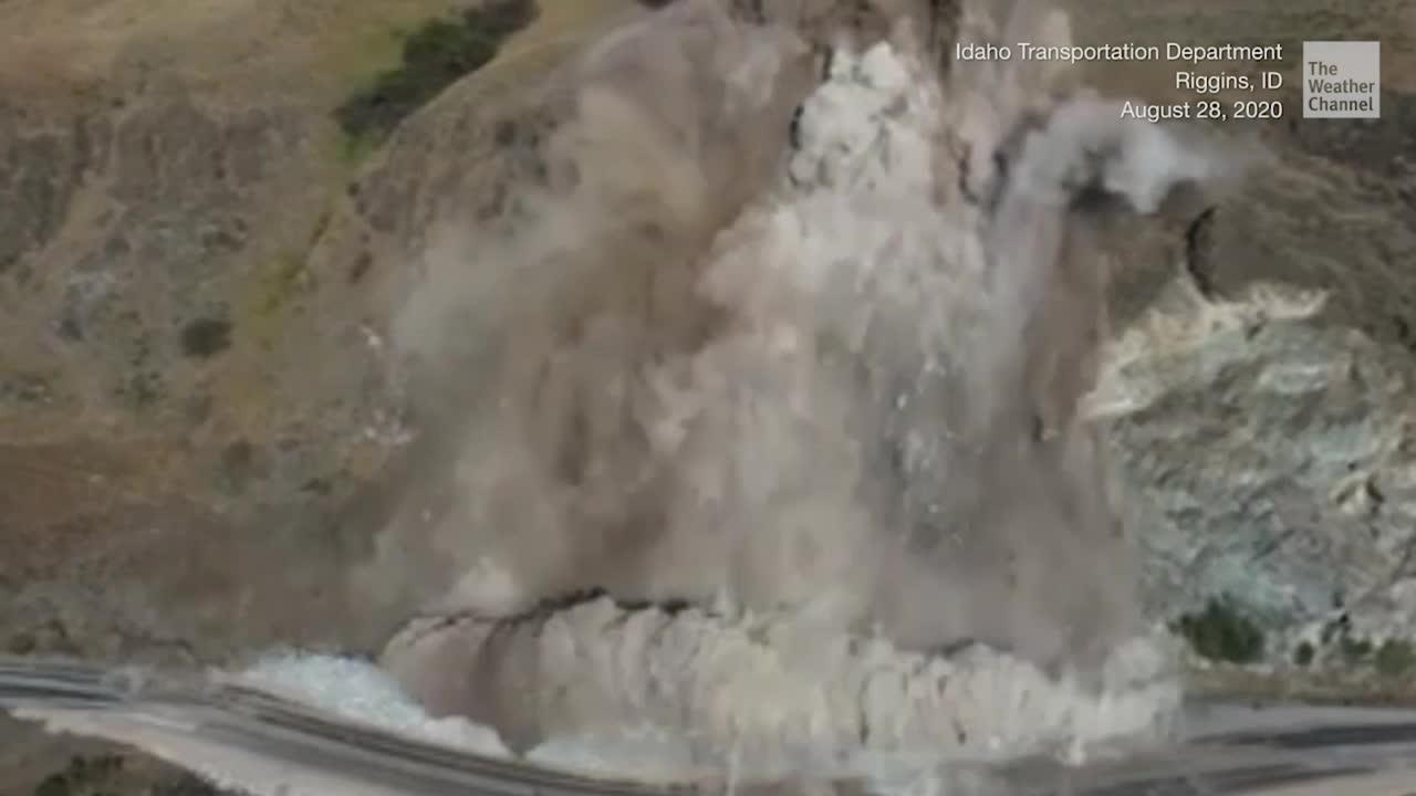 Diese Aufnahmen zeigen die kontrollierte Sprengung von instabilen Felsbrocken im US-Bundesstaat Idaho. An der Autobahn kam es im bereits im Juli zu einem Abgang, der die Straße verschüttet hat. Durch die kontrollierte Sprengung des Felsbrockens sollen künftige Steinlawinen verhindert werden.
