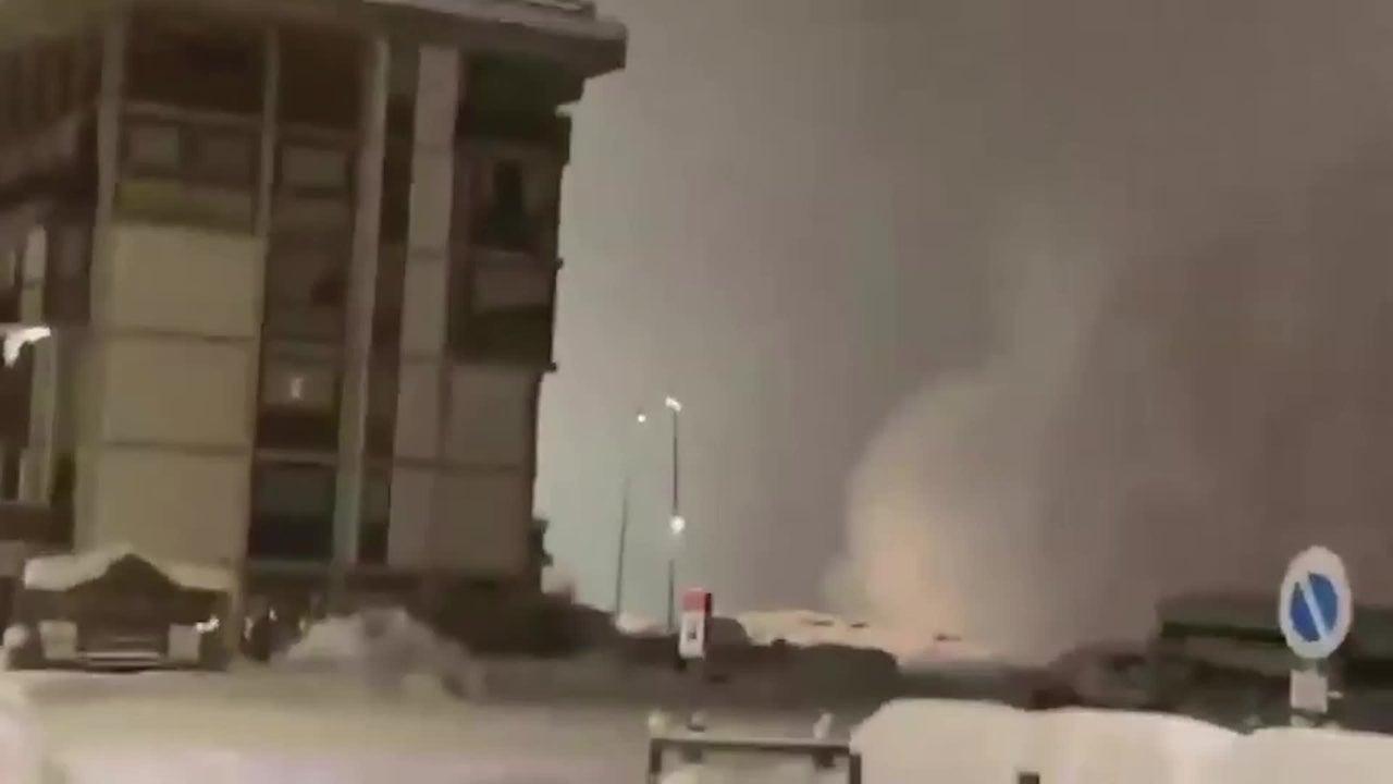 In diesem Video ist zu sehen, wie ein italienisches Hotel vollständig von einer Lawine verschluckt wird. Ein Augenzeuge befindet sich dabei mitten im Schneechaos.