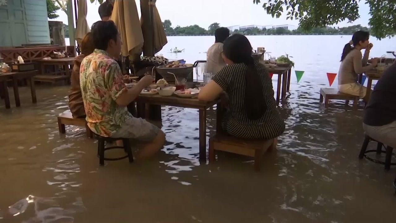 Flooded Restaurant a Hit in Thailand
