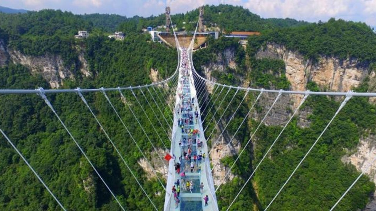 China schließt höchste Glasbrücke der Welt