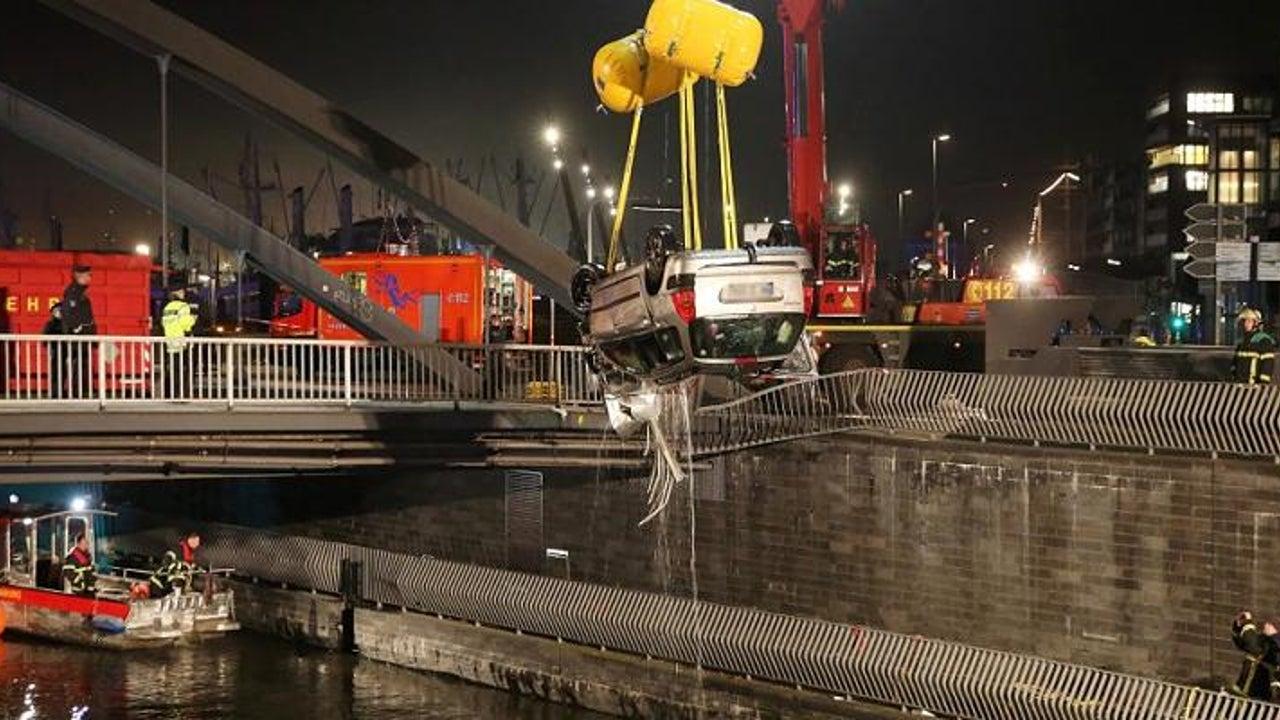 Auto stürzt in Elbe: 20-Jähriger kommt ums Leben