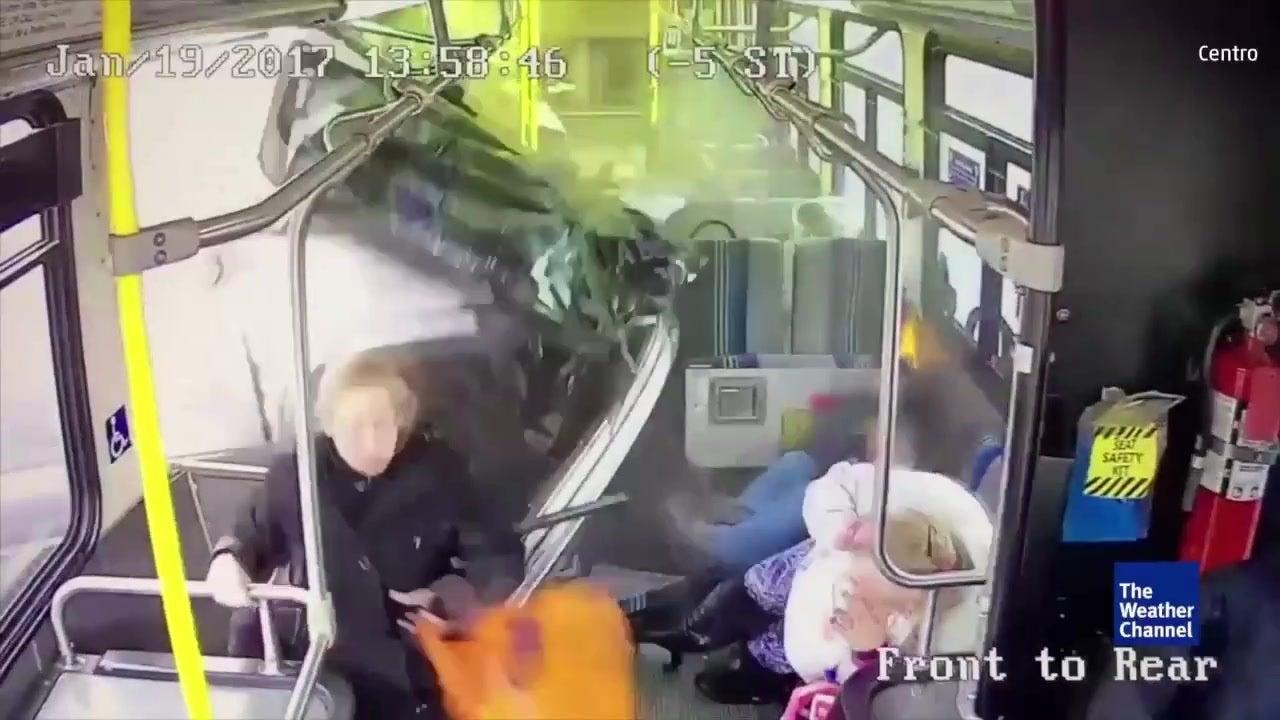 Kamera filmt Horror-Crash: Pickup rast in Bus