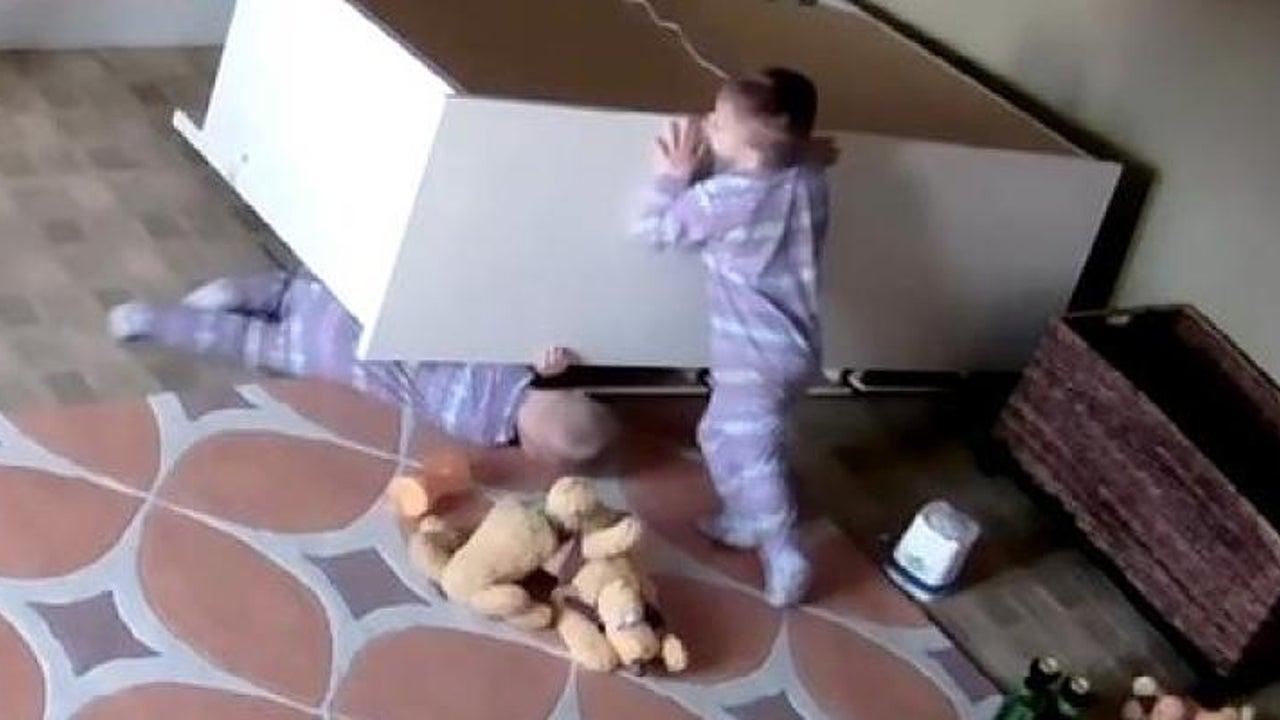 Sein Bruder schrie und weinte - Zweijähriger rettet eingeklemmten Zwilling