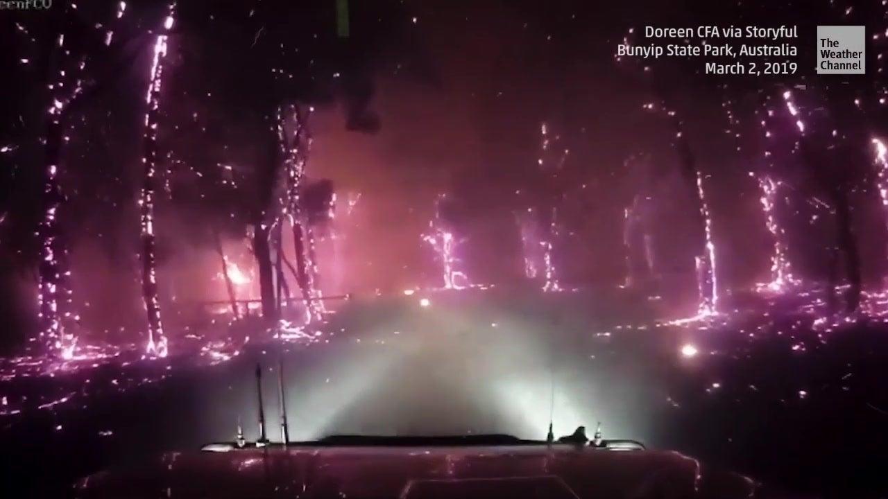 Feuerwehrleute zeigen beängstigende Aufnahmen von Buschfeuern