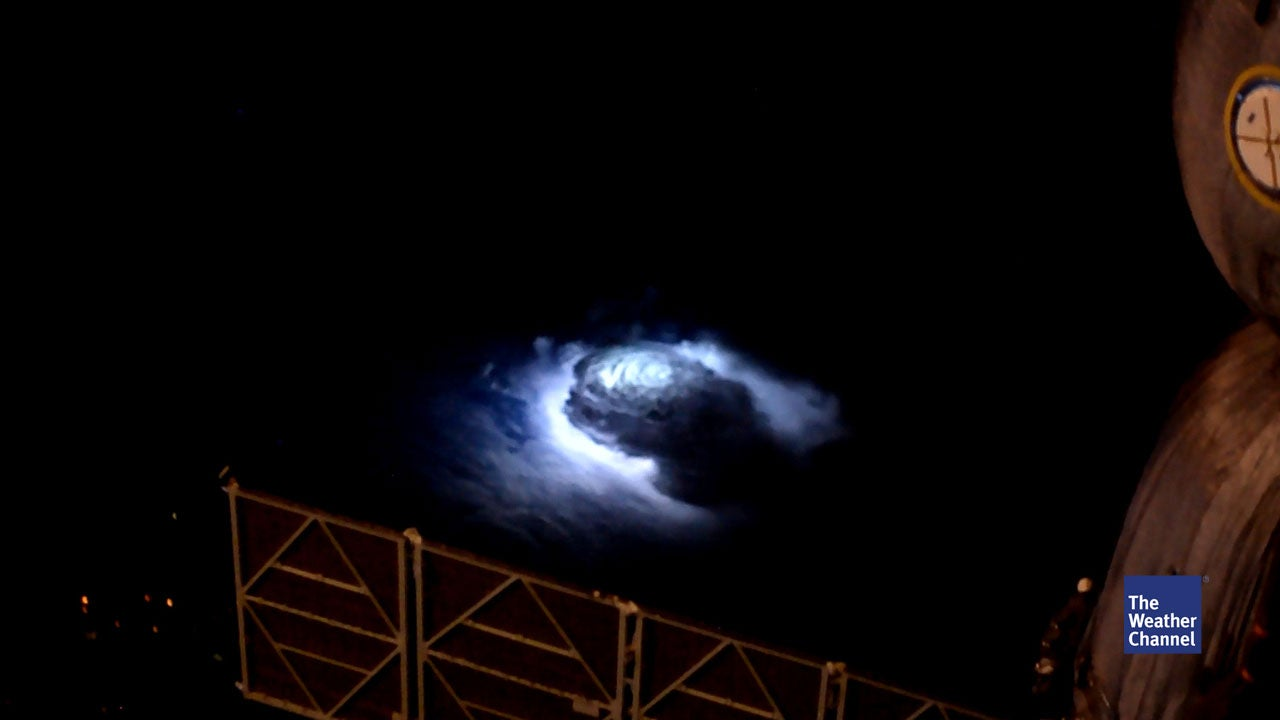 ISS-Astronaut fängt seltene blaue Blitze ein