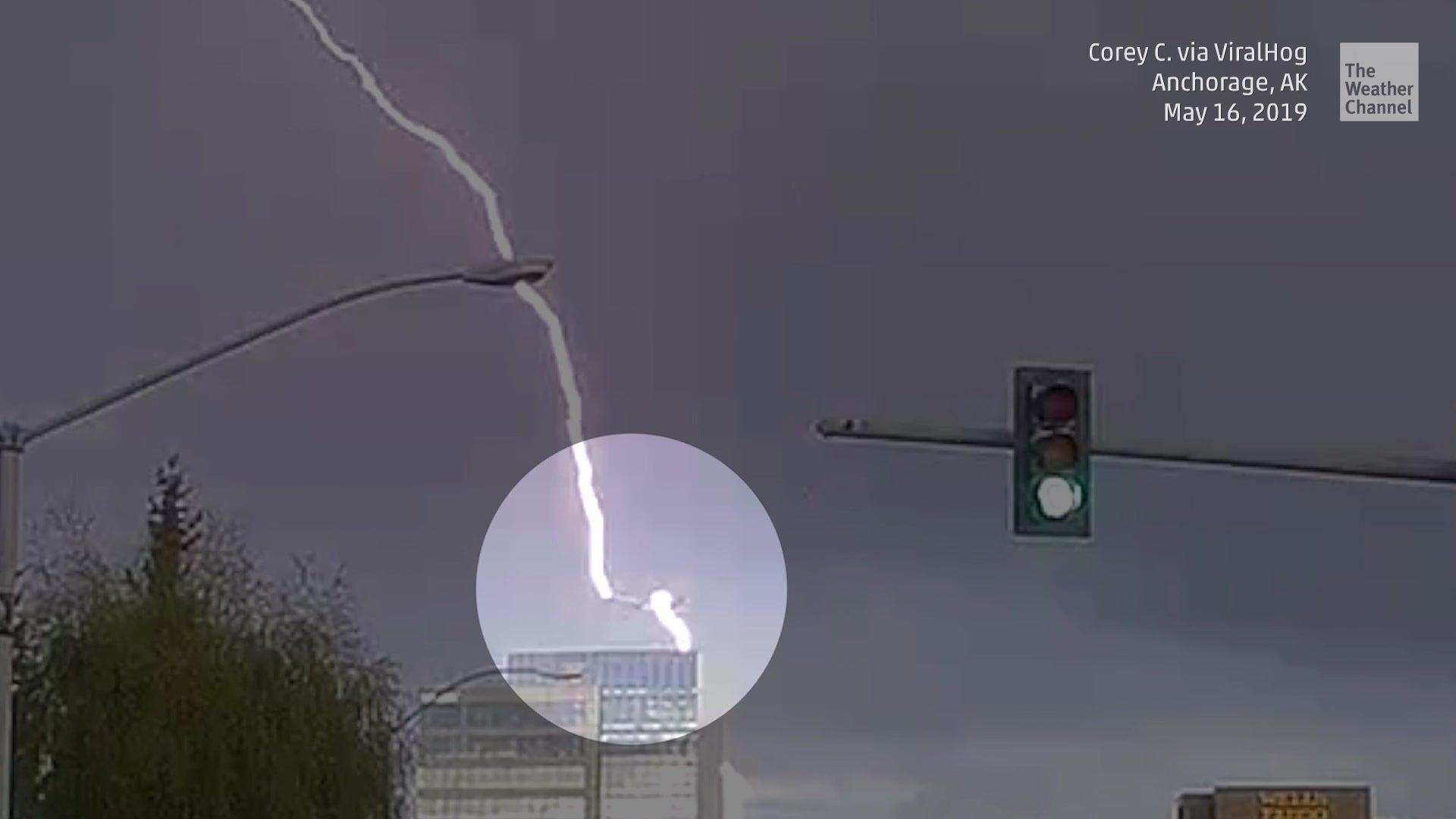 Autofahrer filmt wie Flugzeug von Blitz getroffen wird