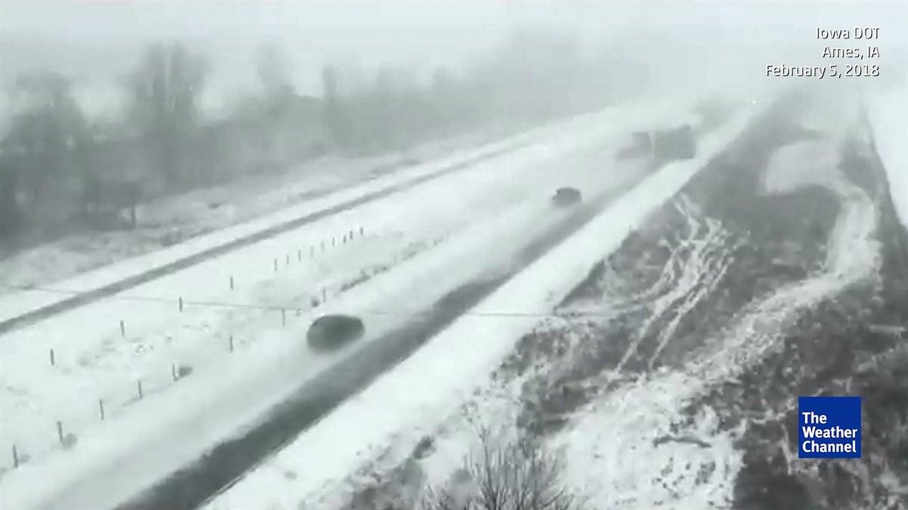 La nieve desata un auténtico caos en una caretera de Iowa