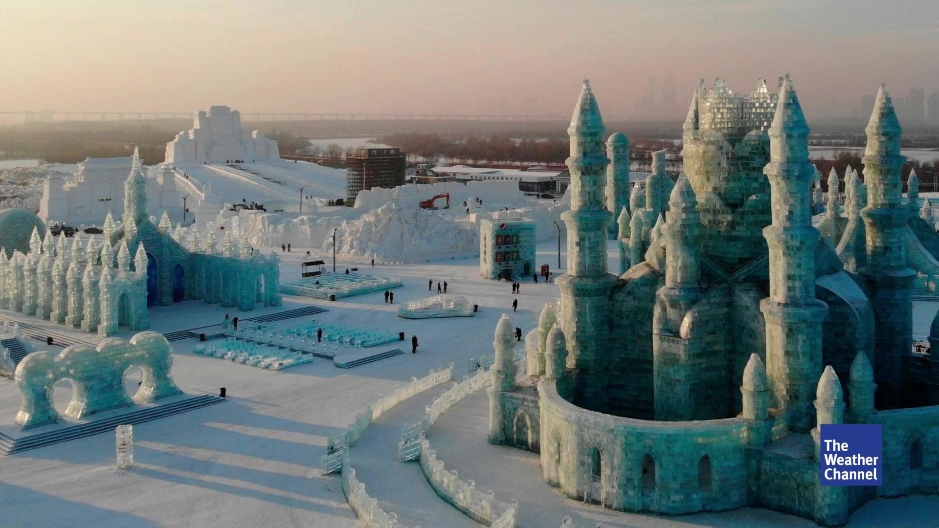 Winterfestival in China: Künstler erschaffen Stadt aus Eis