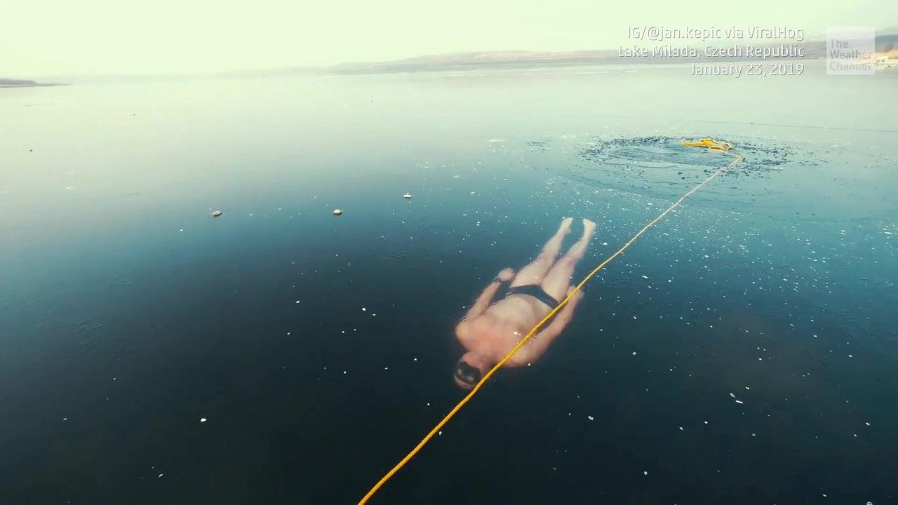 Da stockt einem der Atem: Freediver taucht in vereistem See unter