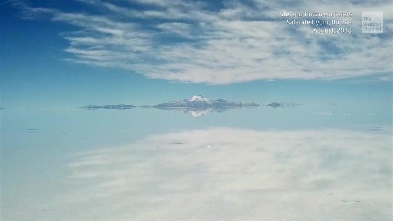 Floods turn Bolivia's Salt Desert into stunning natural mirror