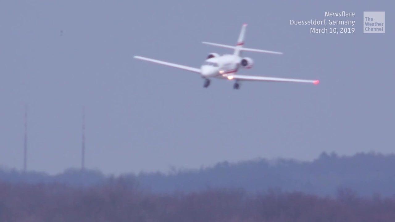 Flugzeug in Düsseldorf schafft spektakuläre Sturm-Landung