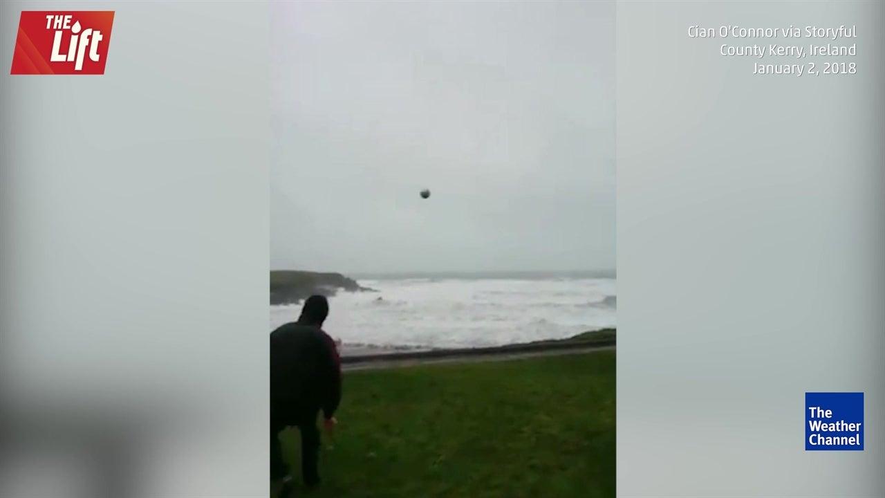 Un ejemplo de cómo jugar al fútbol contra viento y marea
