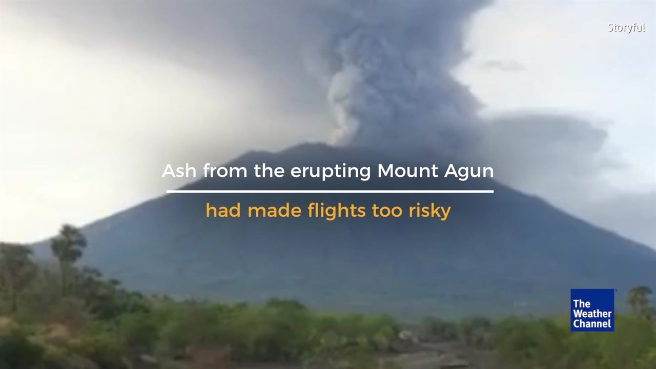 Thousands stranded as Bali volcano forces airport closure