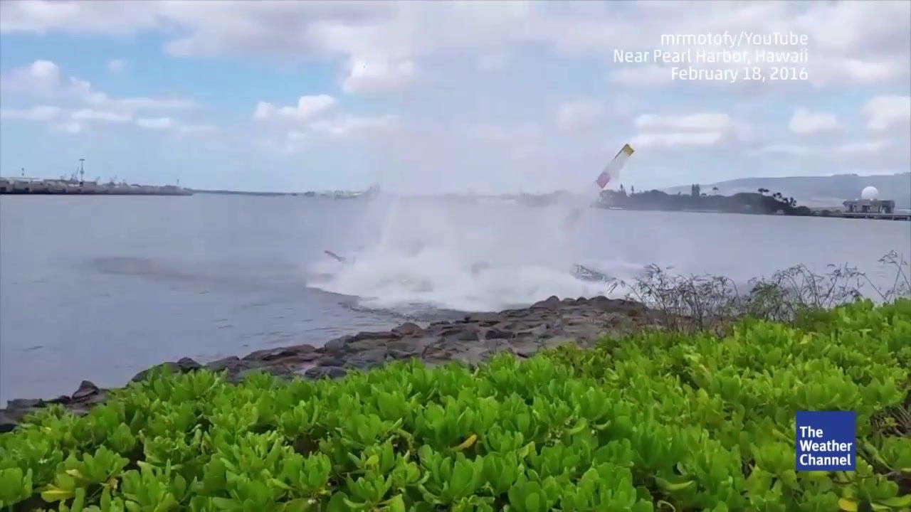 Helikopter stürzt wenige Meter vor Küste ab