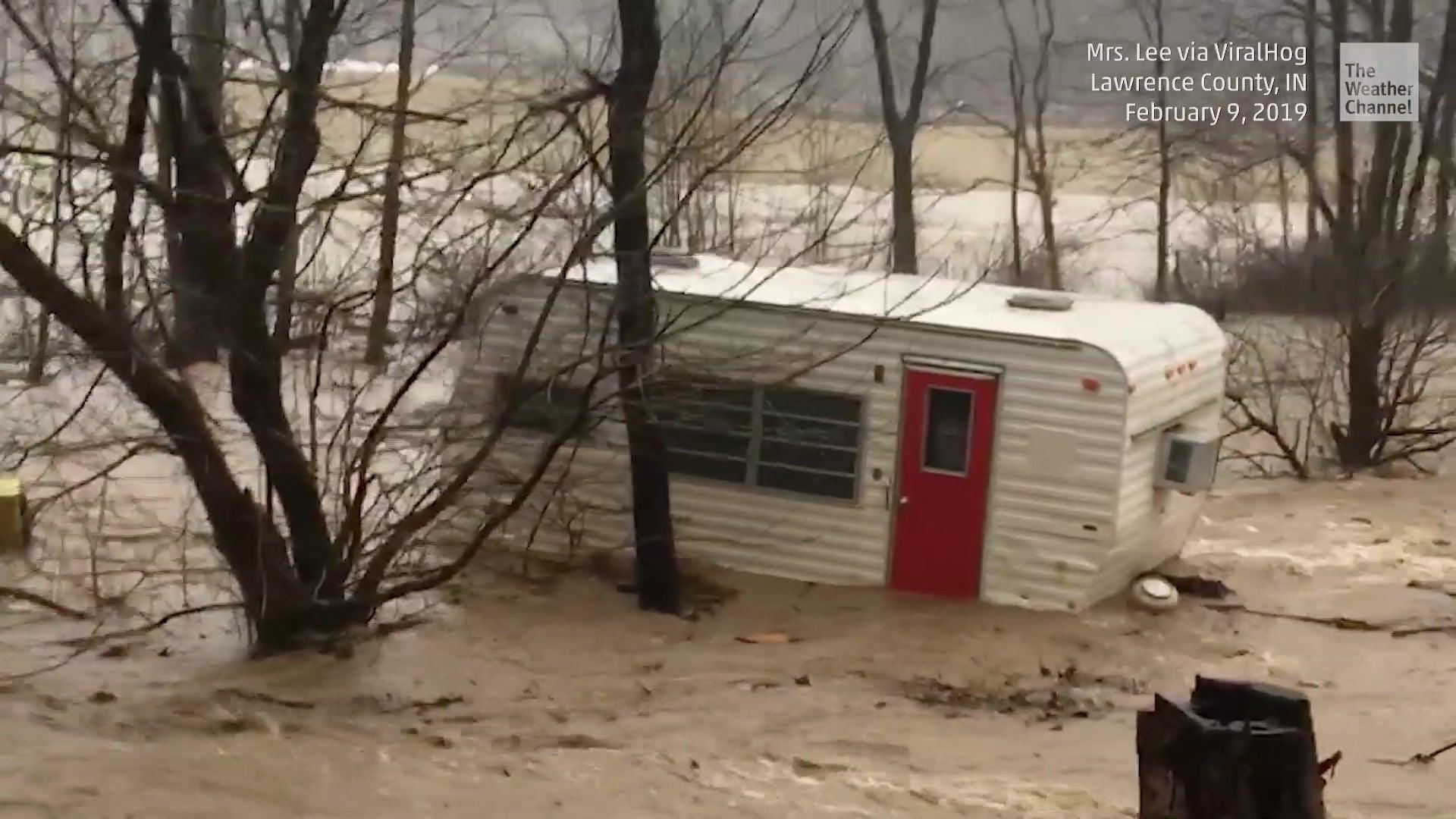 Besitzerin panisch: Wohnwagen wird von Fluten mitgerissen