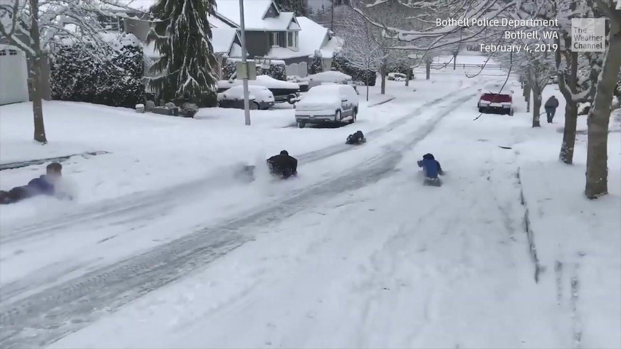 Kinder liefern sich Schlittenrennen mit der Polizei