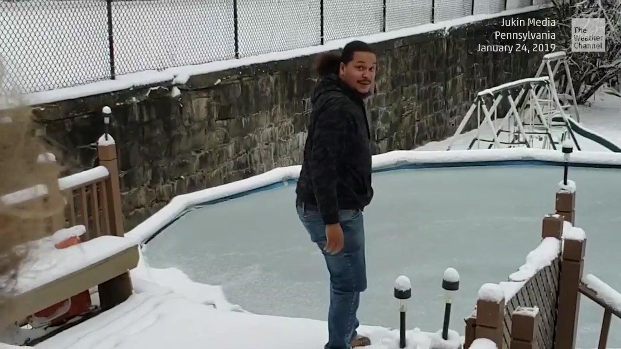 Eisbrecher: Amerikaner testet Eisfläche auf Pool