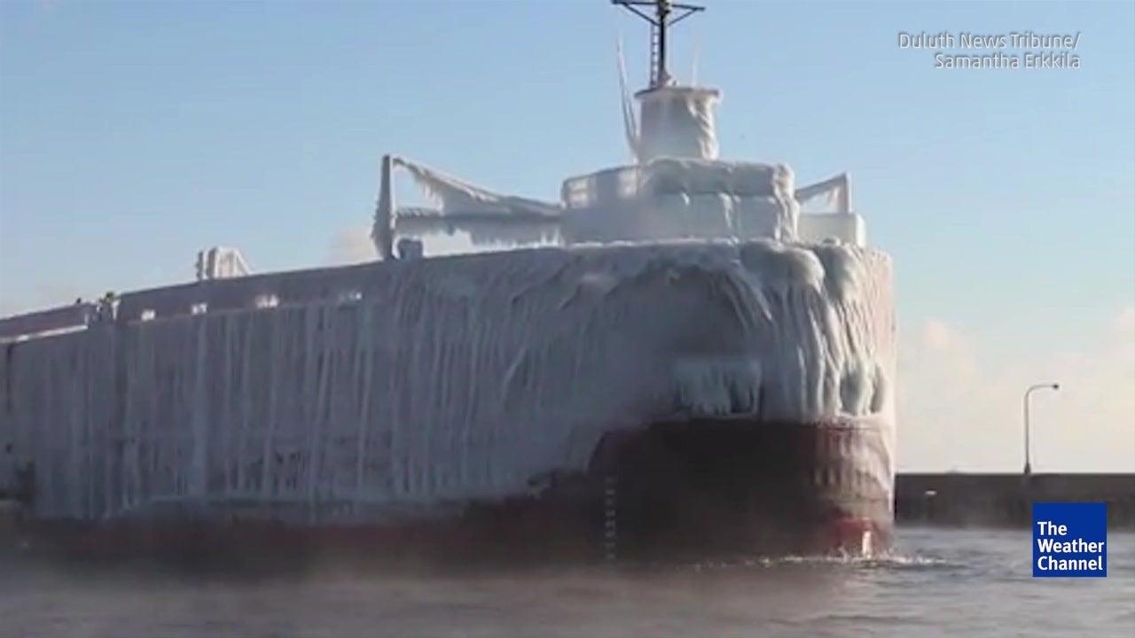 Fahrt über einen See lässt Schiff vereisen