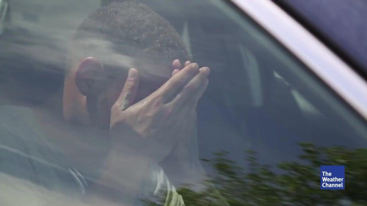 Footballstar schließt sich bei Gluthitze im Auto ein