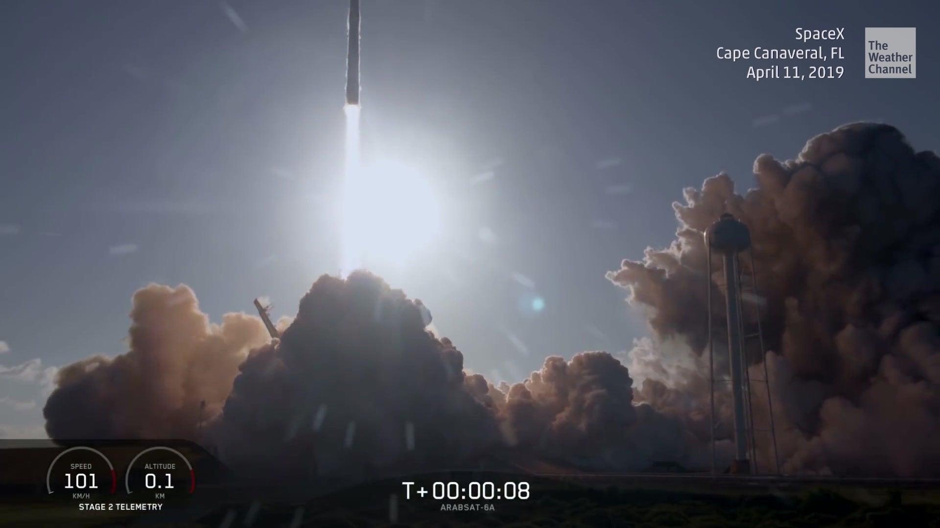 Riesenrakete auf dem Weg ins All: Bilder des Starts der Falcon Heavy