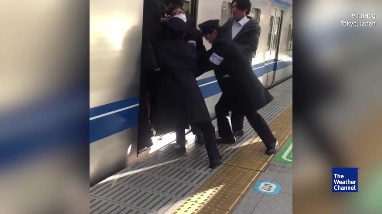 In Tokios Züge passt jeder rein