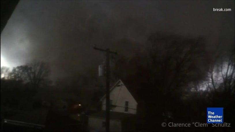 Mann filmt Tornado - und bereut es bitter