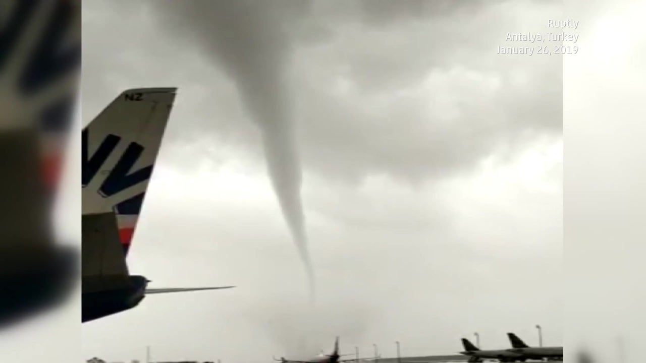 Riss sogar Busse um: Tornado fegte über Flughafen von Antalya